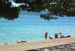 Strand Promajna: mit schattigen Plätzen
